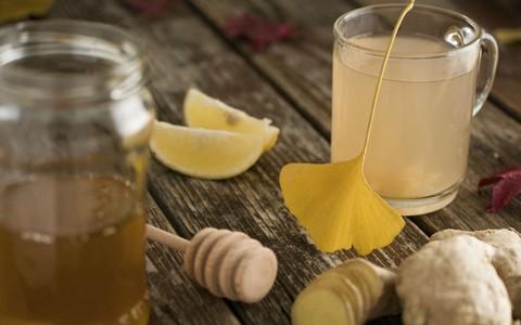 Chá gelado de casca de abacaxi com capim-limão