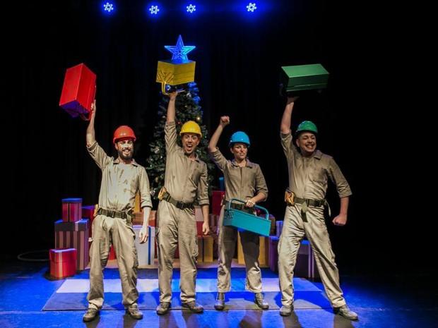 Musical conta a história de quatro operários que têm a missão de acender a árvore de Natal (Foto: Divulgação)