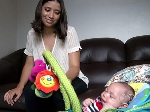 Maria Vitória acredita que filho com microcefalia poderá andar e falar, em Rio Verde, Goiás (Foto: Reprodução/ TV Anhanguera)