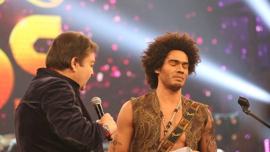 Enzo Romani faz solo de guitarra e se emociona no palco do 'Domingão'