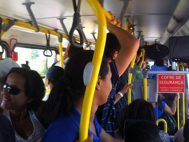 Ônibus superlotado que sai de Planaltina em direção ao Plano Piloto  (Foto: Lucas Salomão/G1)