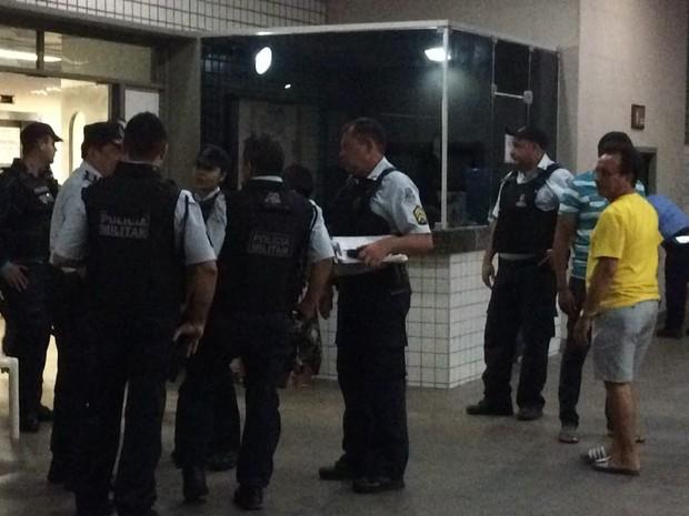 Grupo de policiais se reúne para acompanhar estado de saúde do PM no IJF (Foto: João Pedro/ TV Verdes Mares)