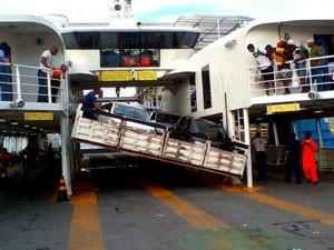 parte da plataforma de carros do ferry boat ana nery desaba em itaparica (Foto: Rodrigo Menezes/Arquivo Pessoal)