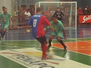 Jogadores de Rio Preto tentam recuperar a bola (Foto: Marcos Lavezo)