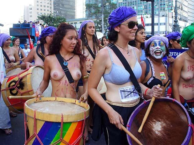 Mulheres tocaram percussão e tiraram a camisa durante o protesto no Centro do Rio de Janeiro (Foto: Glauco Araújo/G1)