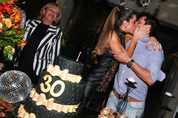 Mirella Santos dá beijão no marido, Ceará (Foto: Manuela Scarpa e Marcos Ribas/Foto Rio News)