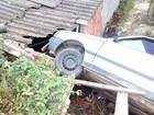 Carro com quatro ocupantes invade casa em bairro de São Roque