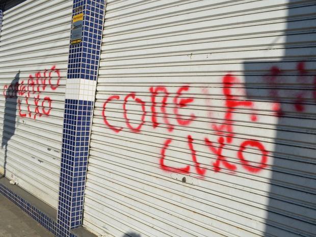 """""""Coreano lixo"""", diz mensagem xenofóbica pichada em portão de loja em Piracicaba (Foto: Thomaz Fernandes/G1)"""
