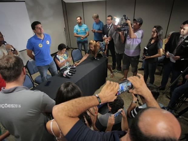 Rui Palmeira chega para a coletiva de imprensa (Foto: Jonathan Lins/G1)