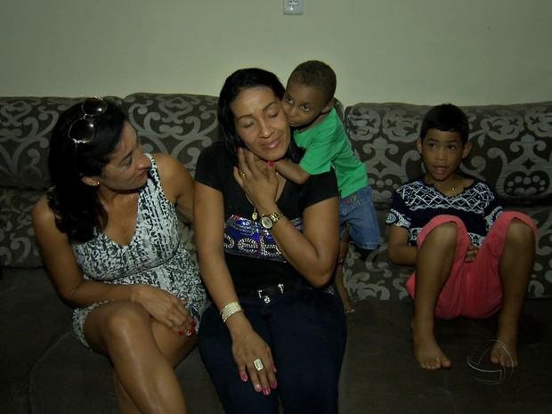 Jucimar abraça a madrinha, Rosângela Higino, na casa dela, em Cuiabá. (Foto: Reprodução/TVCA)