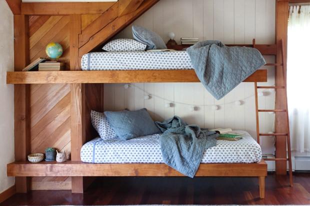 Casa de praia rústica é decorada com madeira e cores doces (Foto: Emily Hirsch/Divulgação)