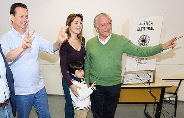 Michel Temer vota nas últimas eleições ao lado da mulher e do filho pequeno (Foto: Reprodução/YouTube)