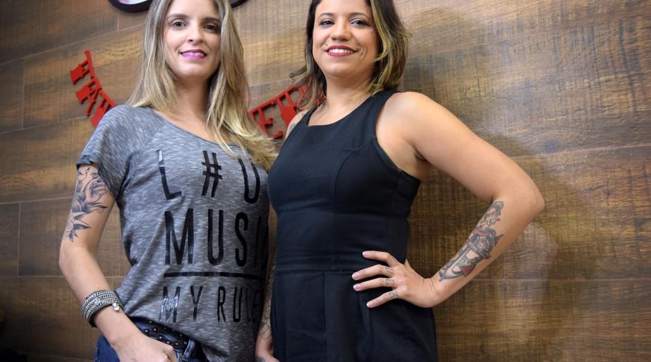 Eliana Quintella e Priscila Virla, administradora da Lady Tattoo (Foto: Divulgação)