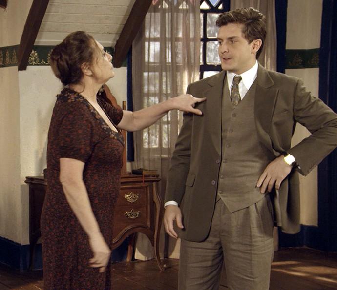 Cunegundes pede ajuda a Romeu em plano (Foto: TV Globo)