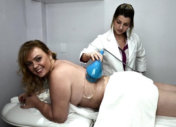 Ana Paula Almeida, ex paquita, em clínica de estética (Foto: Roberto Teixeira / EGO)