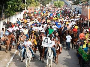Festa começa com cavalgada pelas ruas da cidade (Foto: Divulgação)