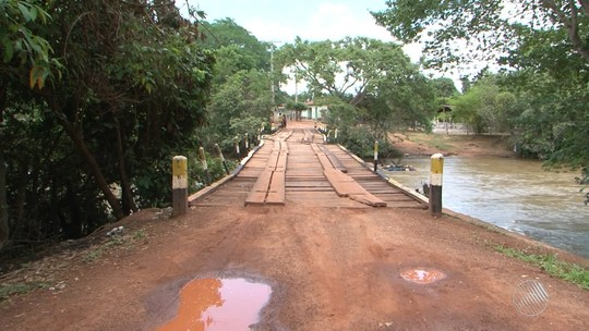 Parte de ponte que liga cidades cai e moradores percorrem 25 km a mais