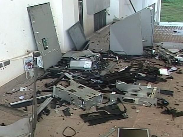 Caixa eletrônico ficou completamente destruído (Foto: Reprodução/TV Integração)