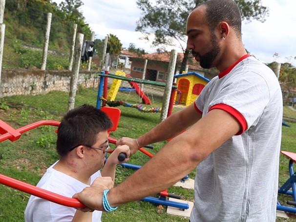 Por meio de atividades físicas, associação desenvolve coordenação motora de jovens deficientes de São Paulo (Foto: Reprodução de TV)