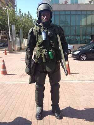 Soldado do Exército reforça segurança em frente ao hotel onde será realizado o leilão de Libra, no Rio (Foto: Flávia Rodrigues/ G1)