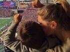 Gisele Bündchen leva filho a estádio para torcer pelo marido, Tom Brady