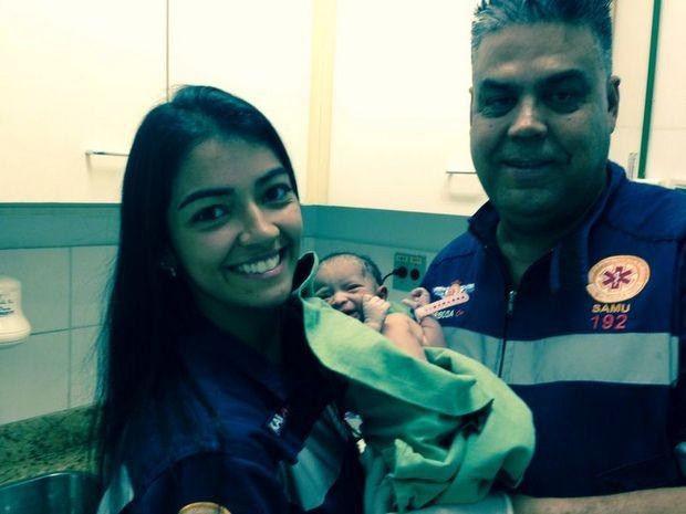 Equipe do Samu posa com bebê nascida em estacionamento de hospital em Piracicaba (Foto: Arquivo pessoal)