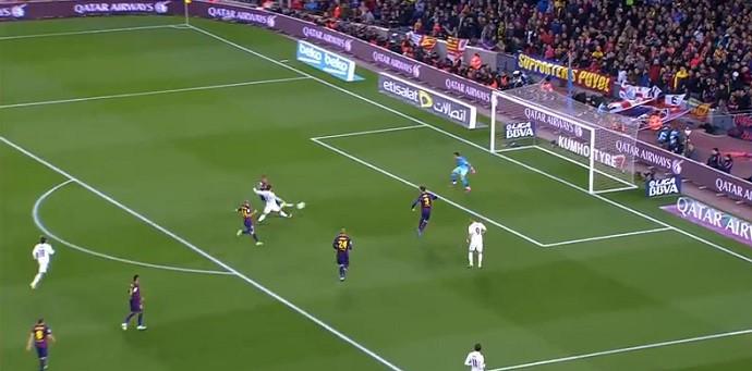 Cristiano Ronaldo completa para o gol no Barcelona x Real Madrid