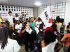 Em protesto, universitários ocupam Reitoria da UFMA em São Luís