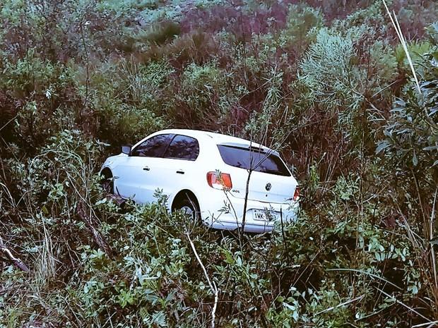 Carro caiu em barranco ao tentar desviar do acidente rs (Foto: Divulgação/PRE)