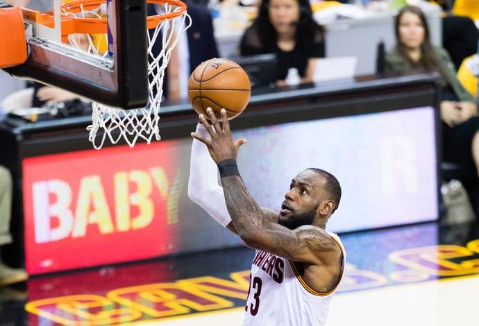 LeBron James vai para a enterrada contra os Raptors (Foto: AFP)