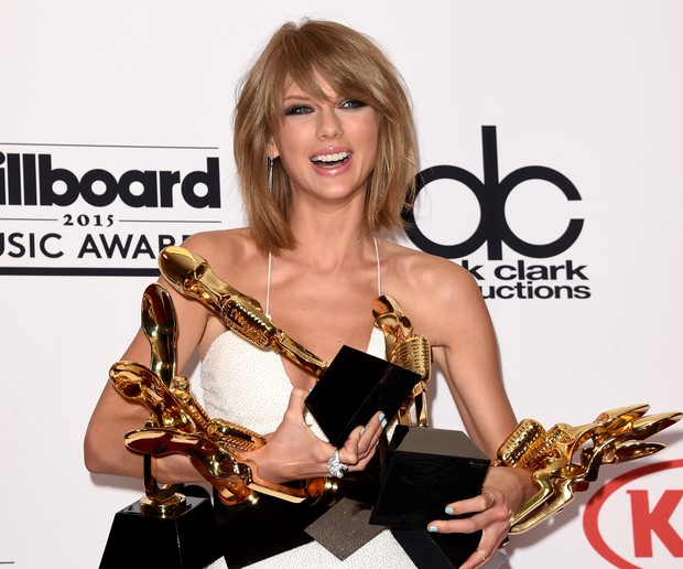 Taylor Swift com seus prêmios no Billboard Awards (Foto: Jason Merritt / GETTY IMAGES NORTH AMERICA / AFP)
