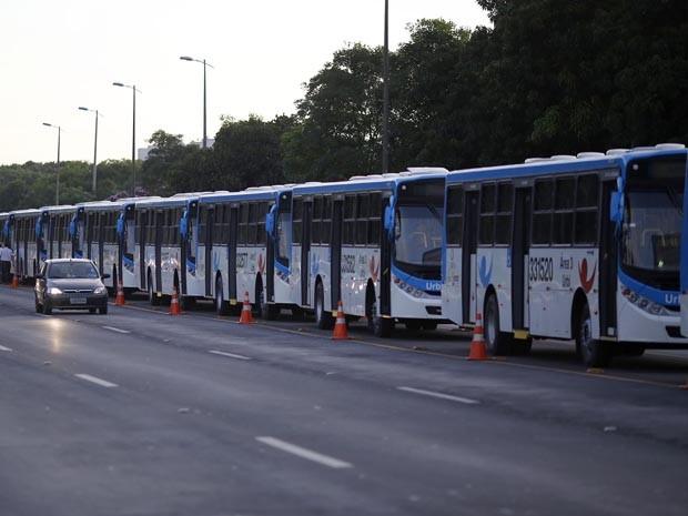 Governador do Distrito Federal entregou 198 ônibus da nova frota nesta sexta-feira (7) (Foto: Agência Brasília/Reprodução)