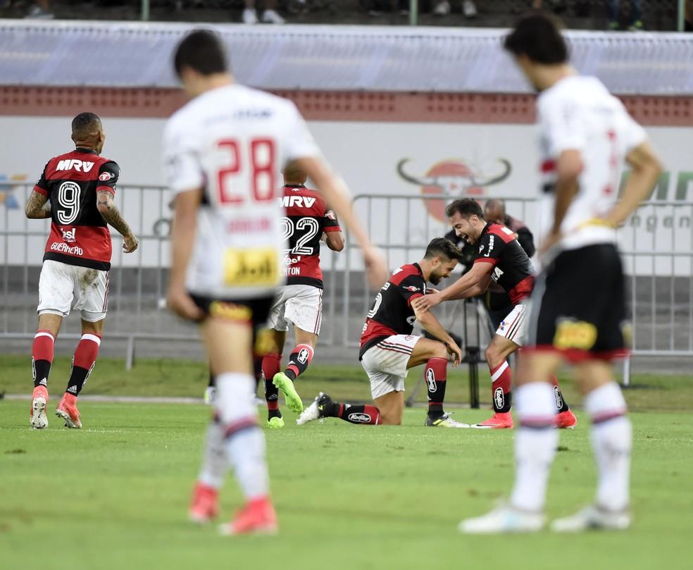 Diego agradece Everton Ribeiro por passe em golaço do Flamengo (Foto: André Durão)