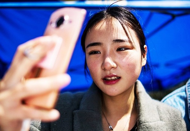 Jovem chinesa faz selfie durante curso de digital influencer na Yiwu Industrial and Commercial College (YWICC) (Foto: Johanes Eiselle/Getty Images)