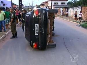 Carro capotou e esmagou o motociclista (Foto: Reprodução/TV Tapajós)