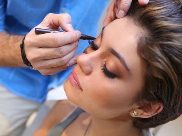 A maquiagem traz tosn de dourados e olhos marcados (Foto: Isabella Pinheiro/Gshow)