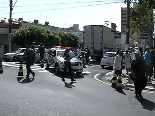 Mulher não resistiu aos ferimentos e morreu no local (Foto: Reprodução/TV TEM)