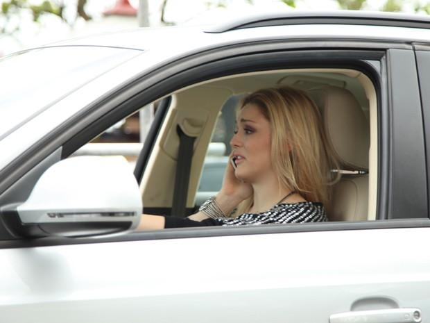 Megan se desespera após falar com Davi e acaba batendo o carro (Foto: Carol Caminha/ TV Globo)