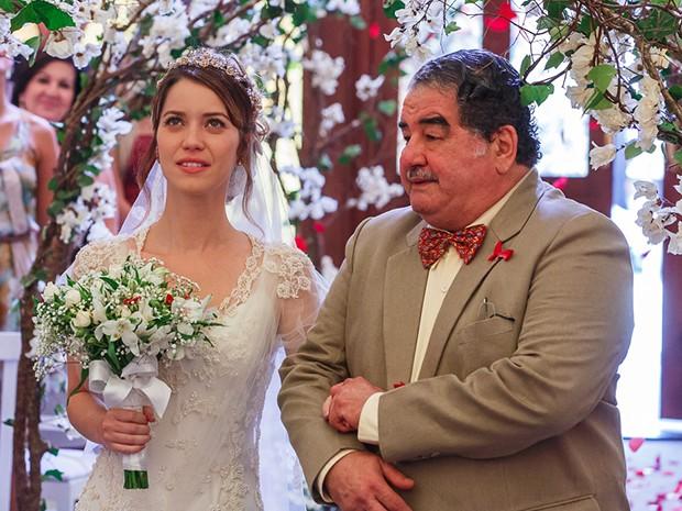 Laura entra na igreja acompanhada de seu avó Vicente (Foto: Artur Meninea/Gshow)