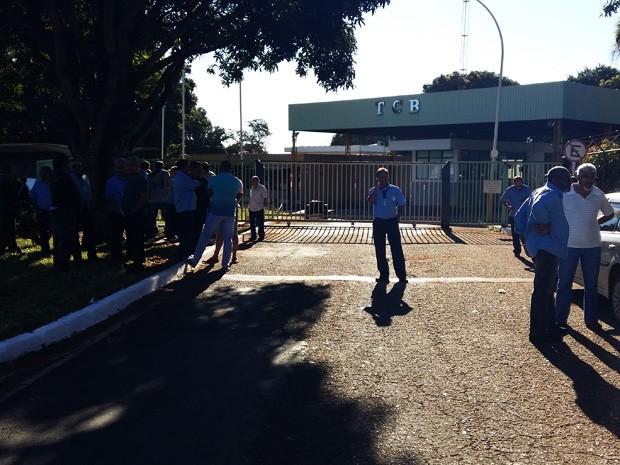 Motoristas e cobradores mobilizados em frente a garagem da TCB (Foto: Isabella Calzolari/G1)