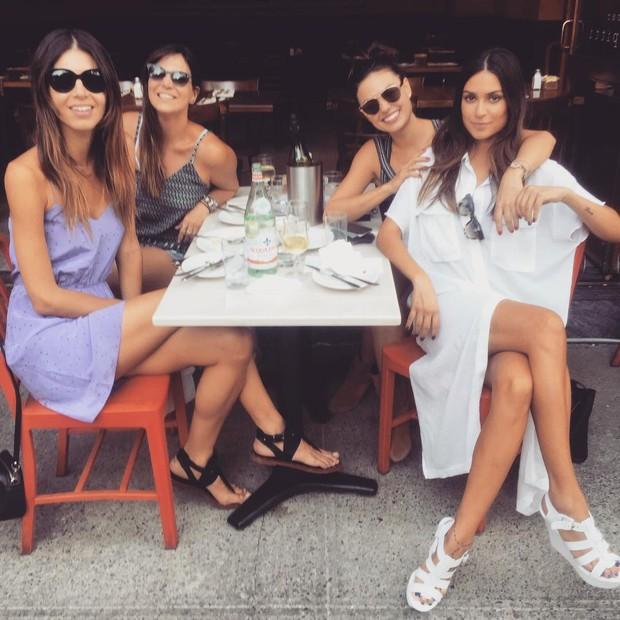 Thaila Ayla e Isis Valverde almoçam com Carol Sampaio e amiga (Foto: Instagram / Reprodução)