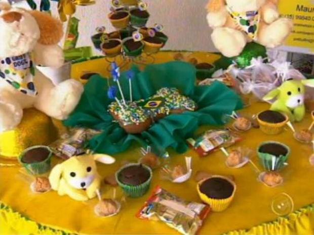 Aniversário temático reuniu pets vestidos de verde-amarelo (Foto: Reprodução/TV TEM)
