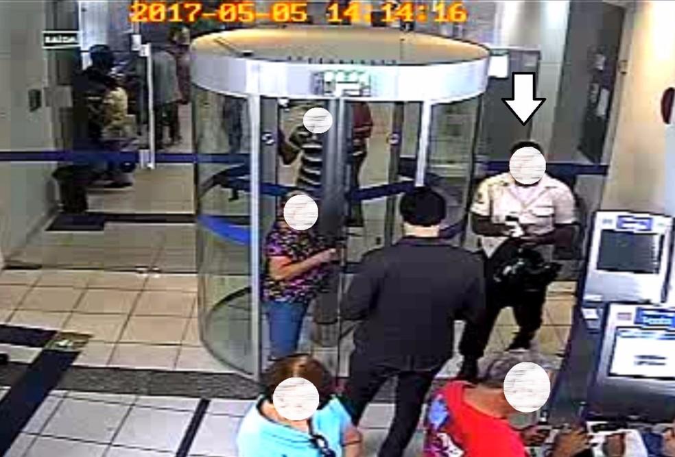 Homem apontado pela PF ao participar de assalto a banco usava farda de empresade segurança foi preso pela Polícia MIlitar no Recife (Foto: Ascom/PF)