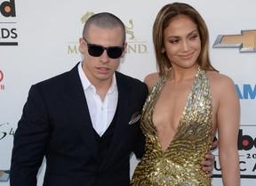 A atriz e cantora Jennifer Lopez com o namorado Casper Smart (Foto: Agência/AFP)