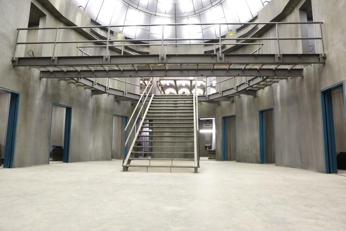 Área comum do presídio apresenta escada grandiosa (Foto: Gshow/Ellen Soares)