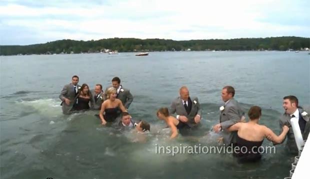 Noivos e convidados caíram dentro de um lago após píer desabar. (Foto: Reprodução)