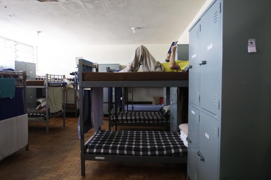 Os detentos com bom comportamento trocam as celas com trava por alojamentos abertos. Ali, leem jornal e assistem à programação da TV aberta