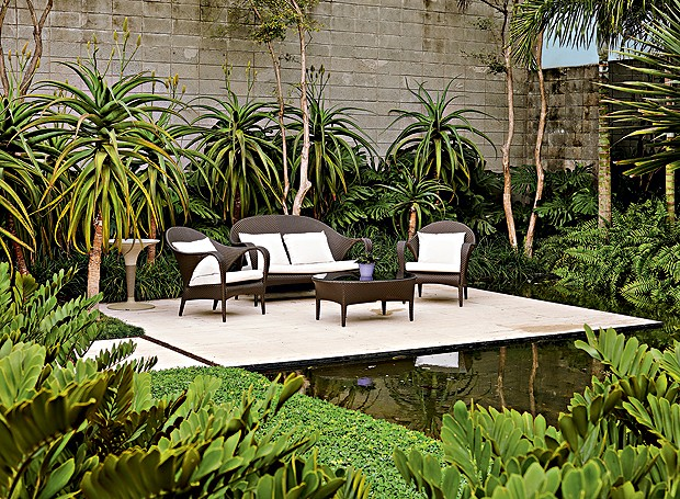 Lounge   O ambiente, criado próximo ao lago, têm móveis da Dedon. Rente ao muro, aloedas- dunas, costela-de-adão, samambaias e palmeira-açaí (Foto: Victor Affaro/Editora Globo)