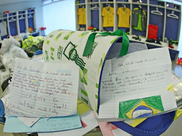Cartas de torcedores de todo o Brasil não param de chegar na Granja Comary (Foto: CBF)