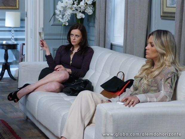 Inês não perde a chance e implica com Heloísa porque Lili não apareceu (Foto: Além do Horizonte/TV Globo)